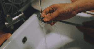 Cleaning a fork in a sink